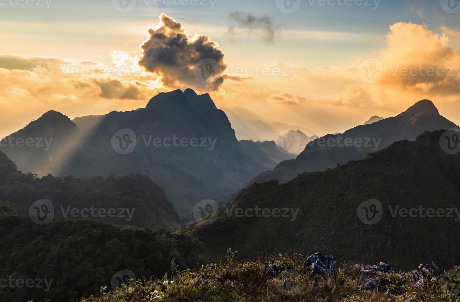 feixe de luz no pico da montanha foto