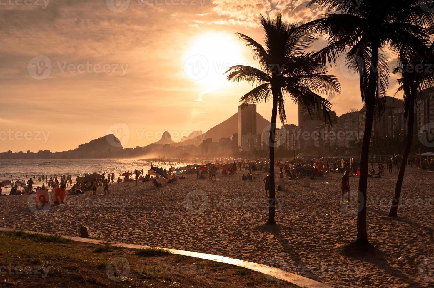 praia de copacabana ao pôr do sol foto