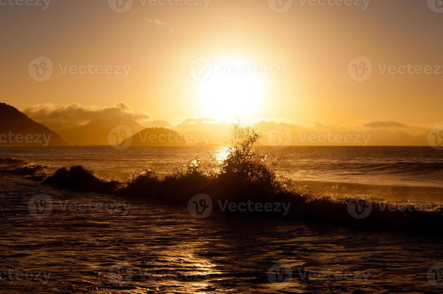nascer do sol na praia de copacabana foto