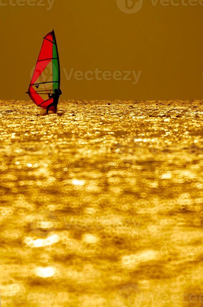 pôr do sol de windsurf foto