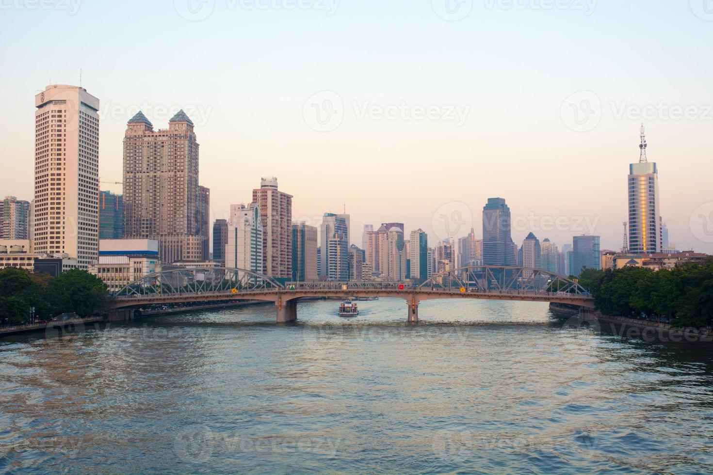 cenário do pôr do sol de guangzhou pearl river na china foto