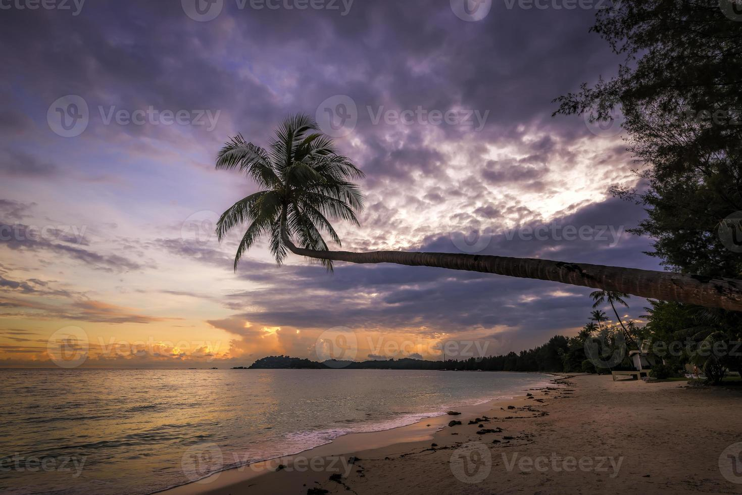 pôr do sol indonésio foto