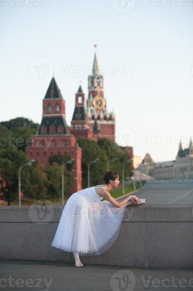 aquecimento de bailarina no centro de Moscou foto