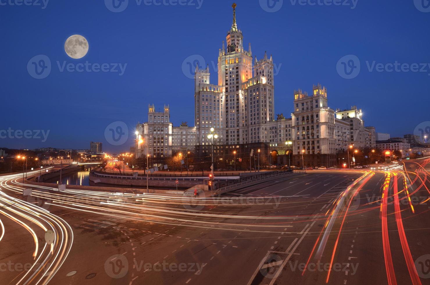 ruas à beira do rio no centro histórico de Moscou. foto