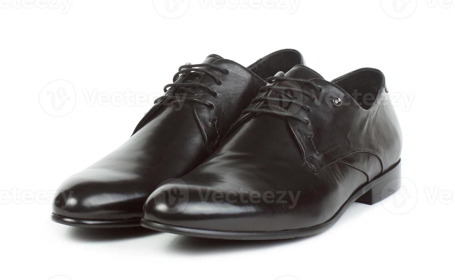 par de sapatos pretos com atacadores para homens foto