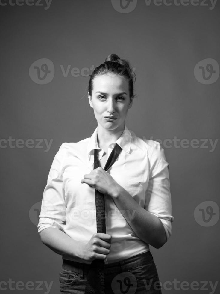jovem fêmea na moda de roupas masculinas foto