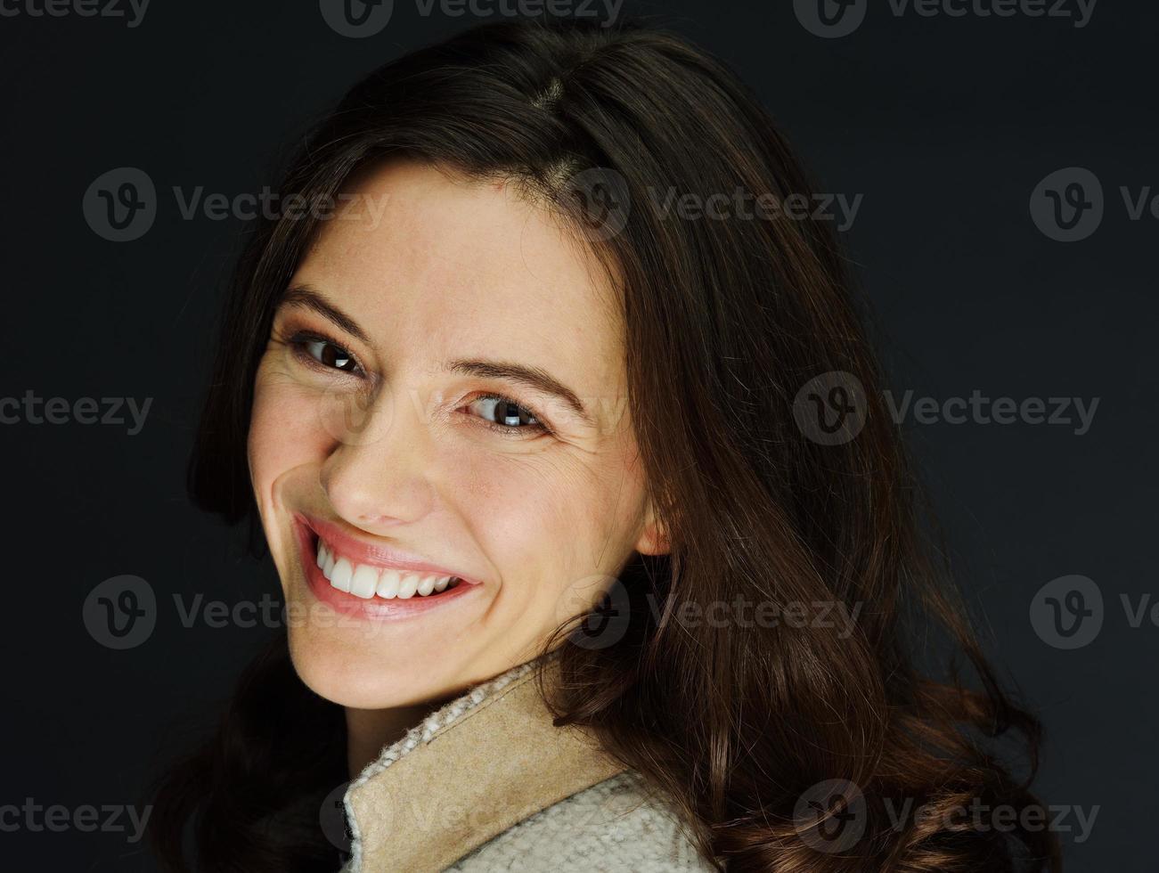 jovem atraente modelo feminino posando foto