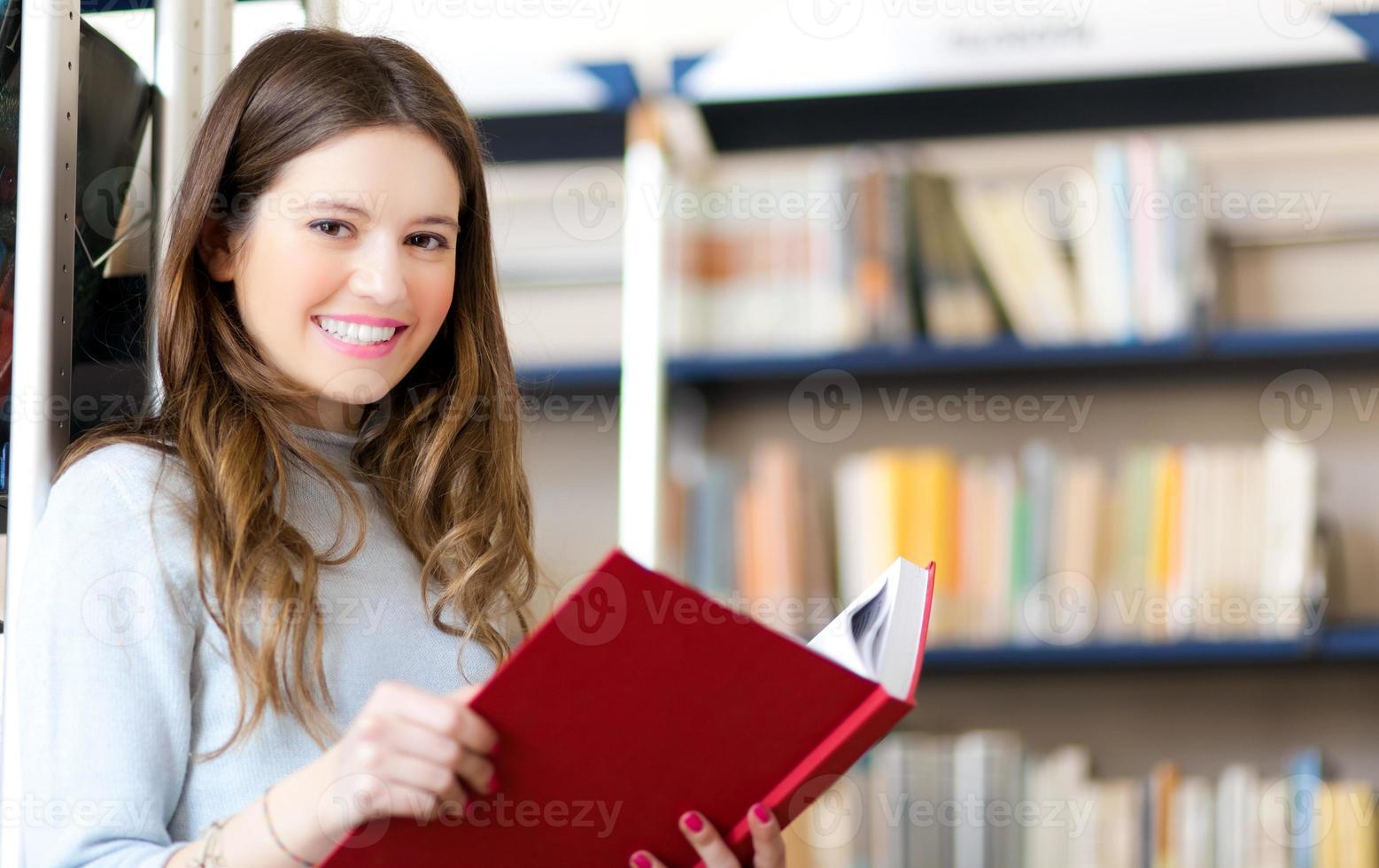 aluna segurando um livro foto