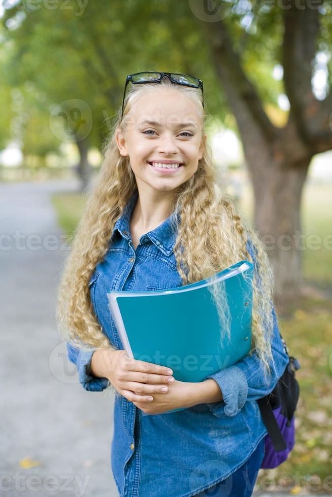 bela jovem aluna em um parque foto