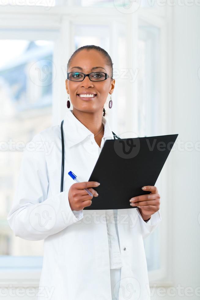 retrato de uma jovem médica na clínica foto