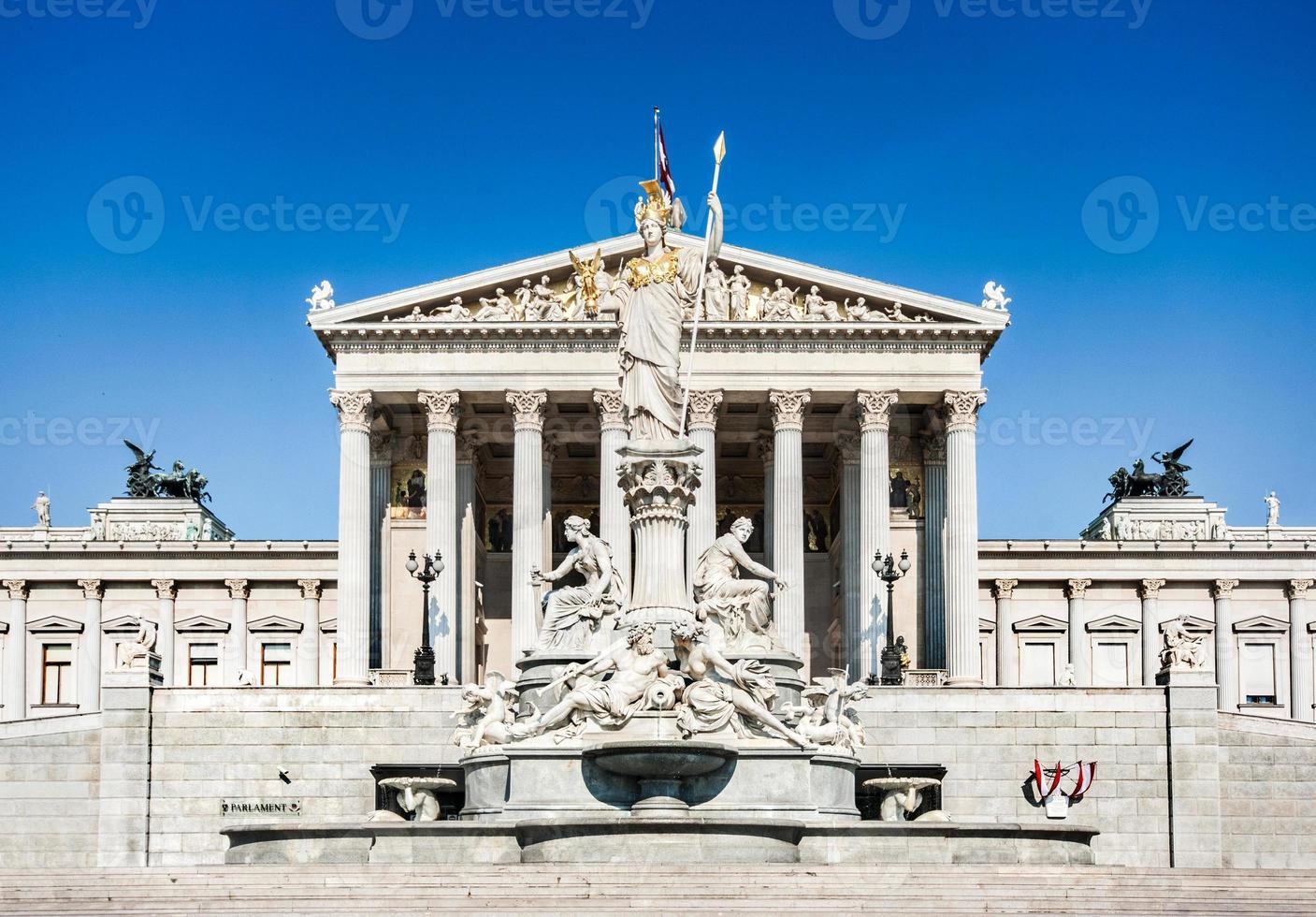 parlamento austríaco com pallas athena estátua, viena, áustria foto