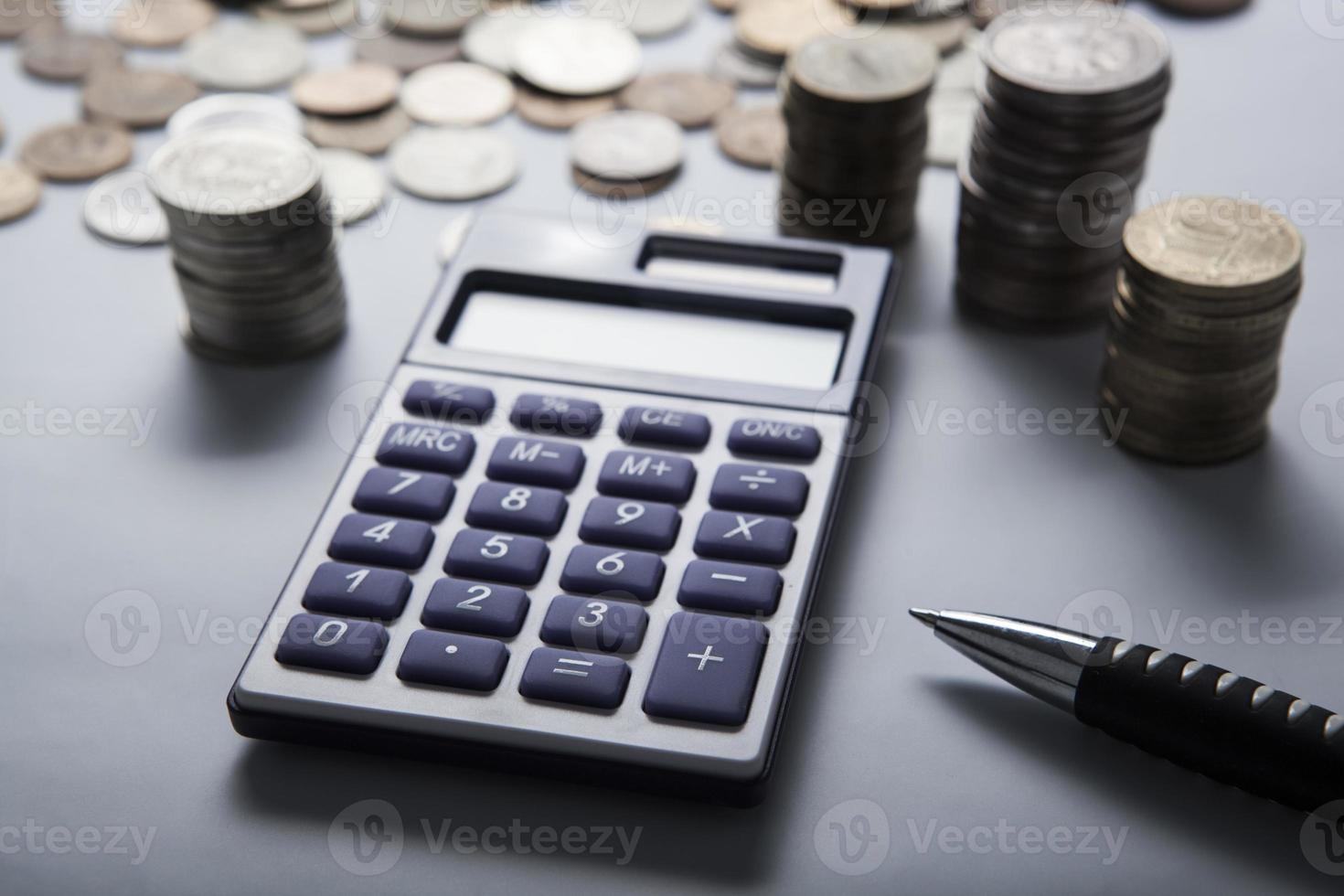 punhado de rublos russos com calculadora foto