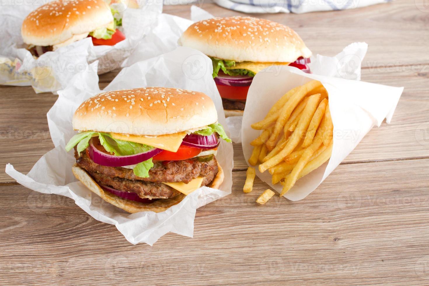 hambúrgueres frescos com batatas fritas foto