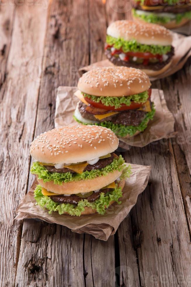 delicioso hambúrguer na madeira foto