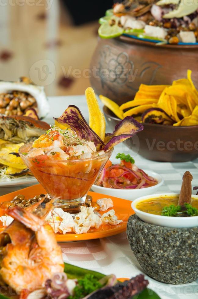 deliciosos pratos de frutos do mar decorados sobre uma mesa foto