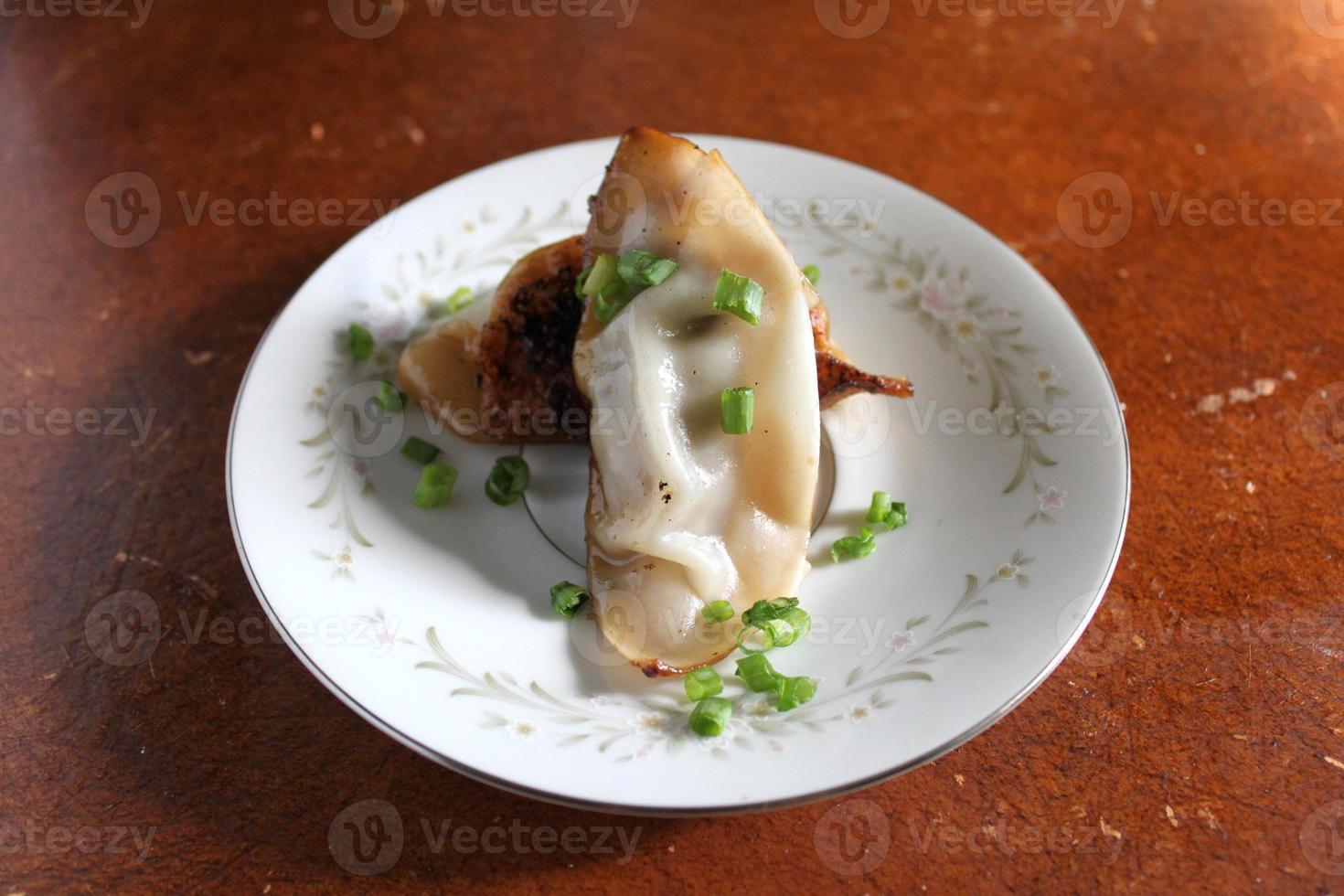 bolinhos de carne de porco asiáticos em um prato vintage foto