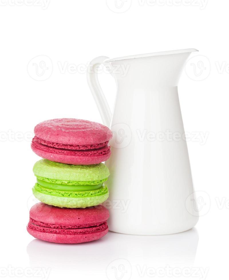 macarons coloridos e jarro de leite foto