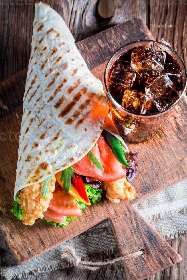 tortilla saborosa com frango e legumes foto