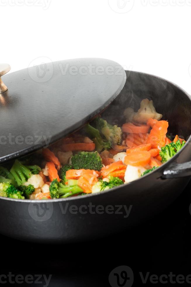 fritar legumes na frigideira vertical foto