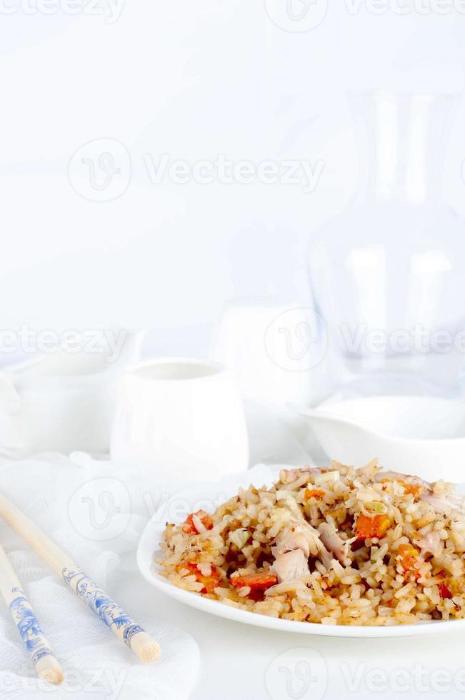 prato de arroz frito de frango foto