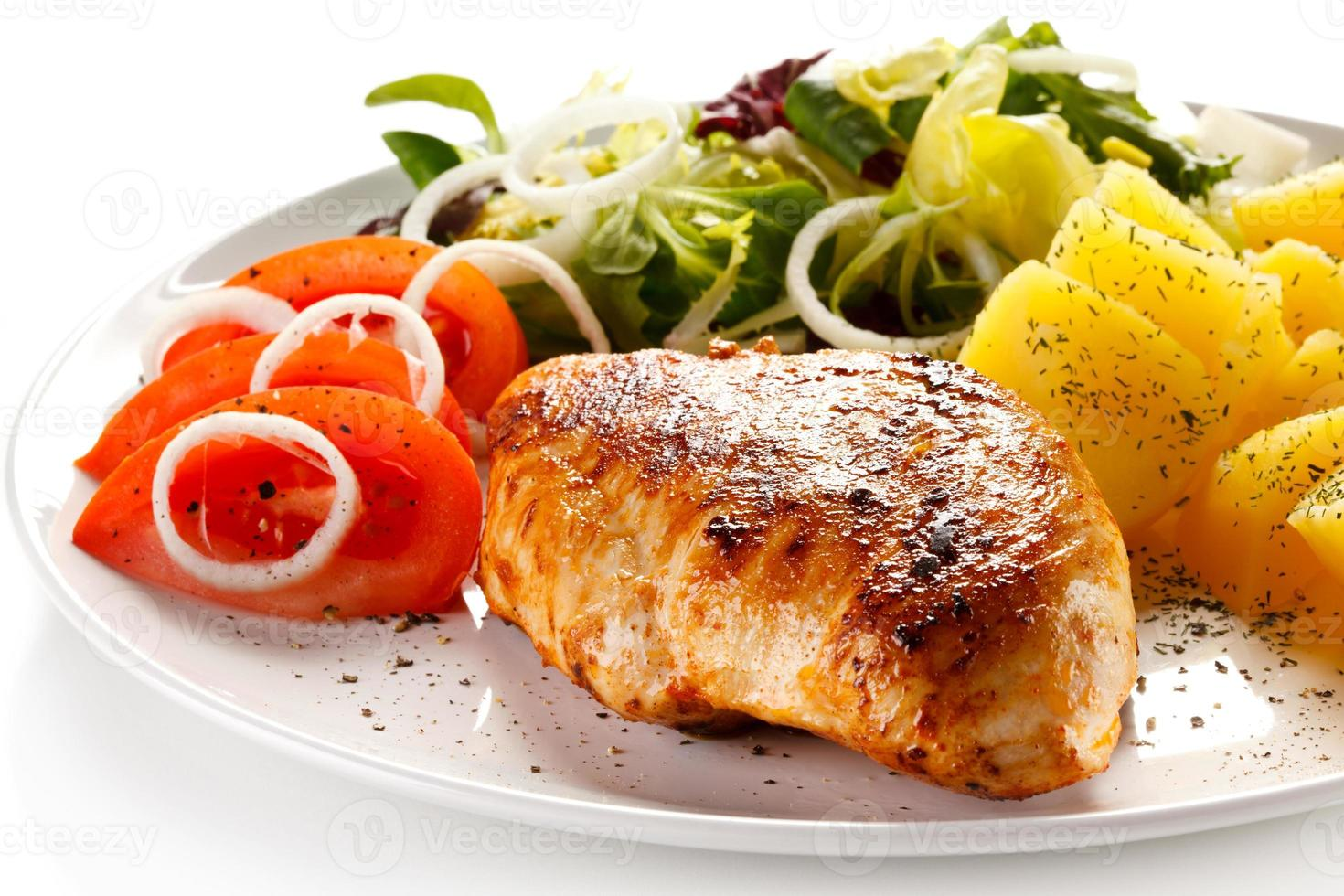 bife, batatas cozidas e legumes foto