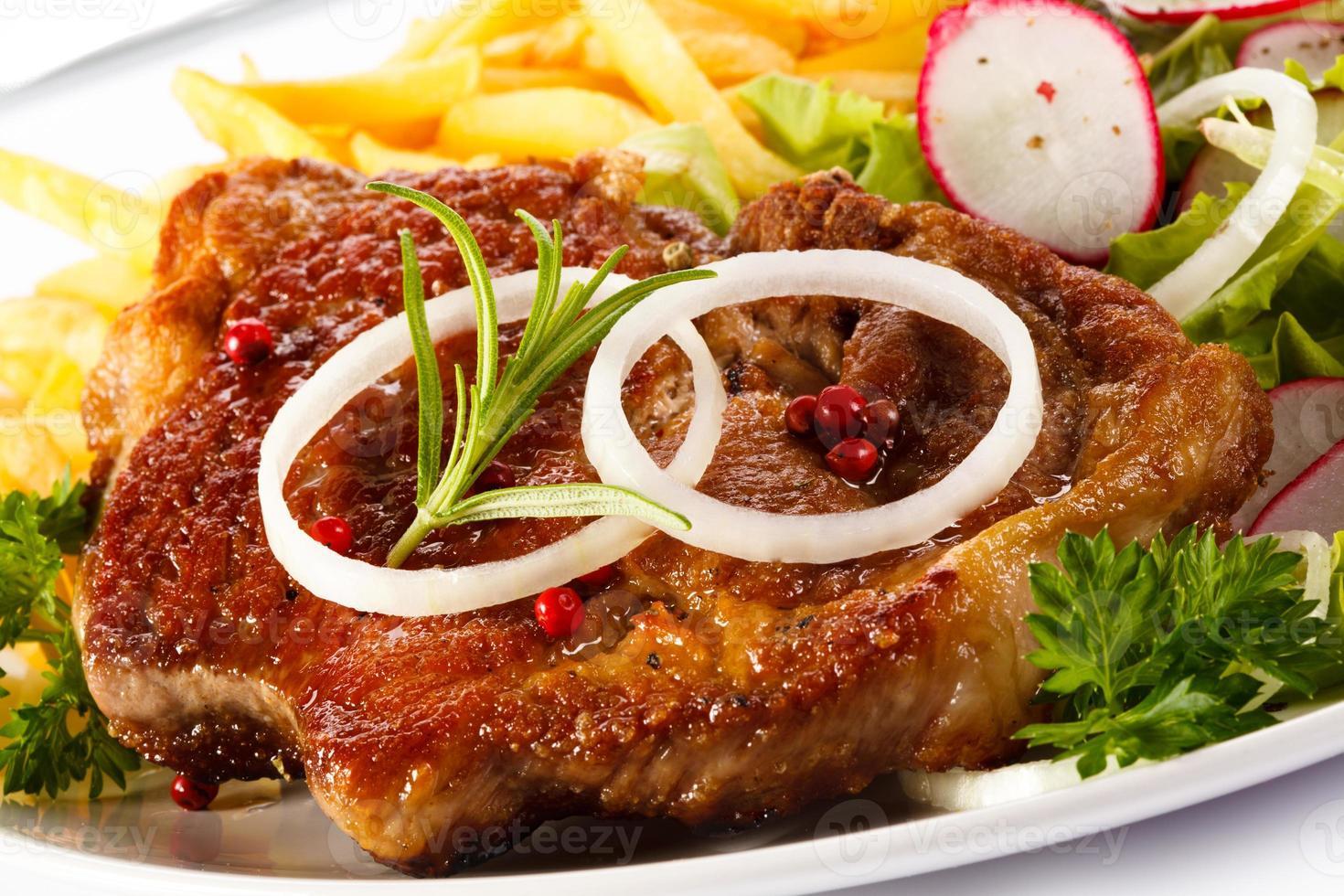 bife grelhado, batata frita e legumes foto