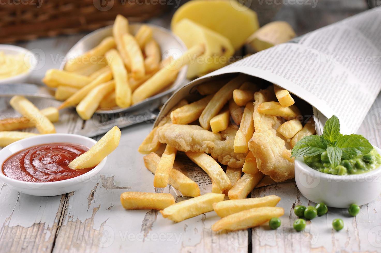 peixe caseiro e batatas fritas foto