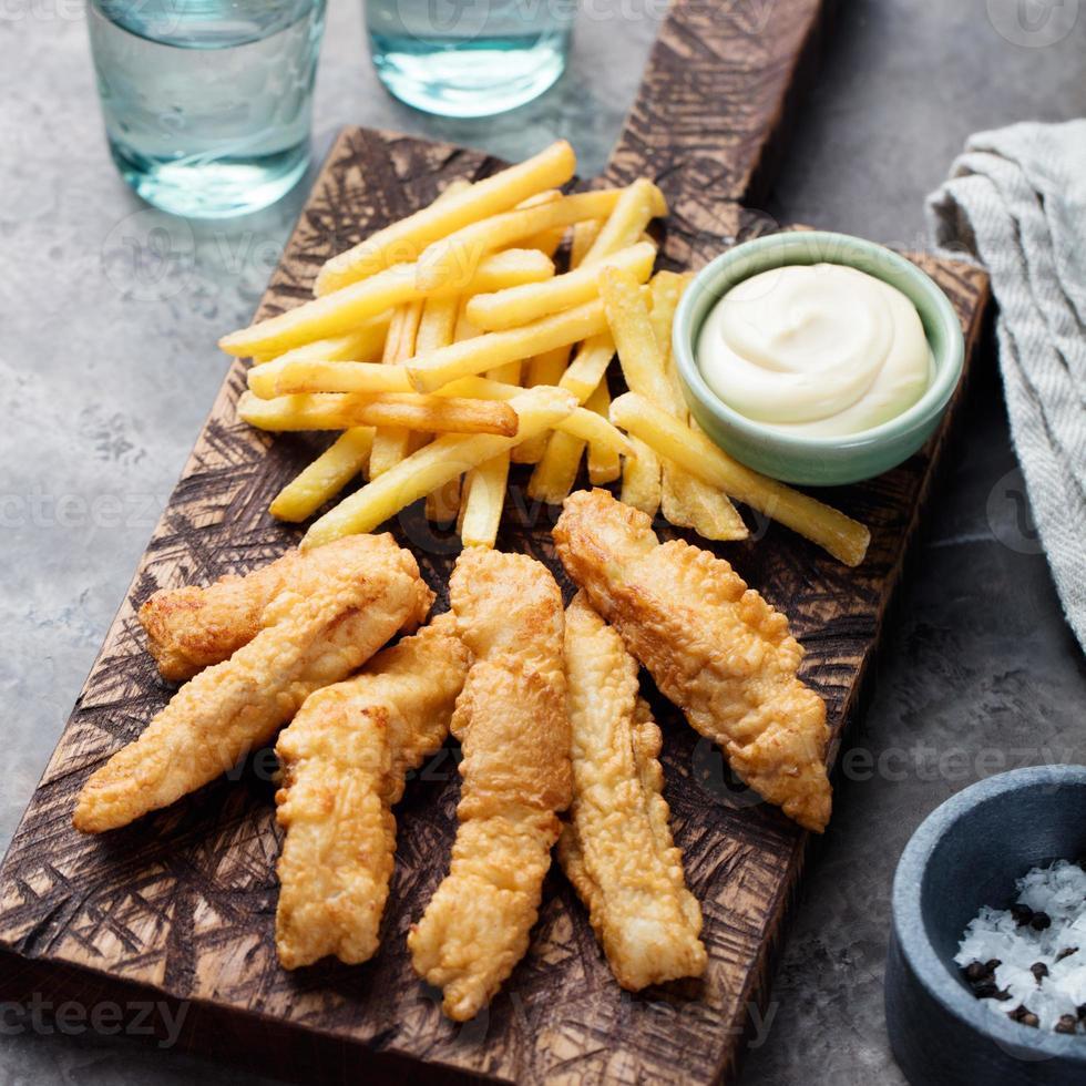 peixe e fritas crocantes, molho tártaro. comida britânica foto