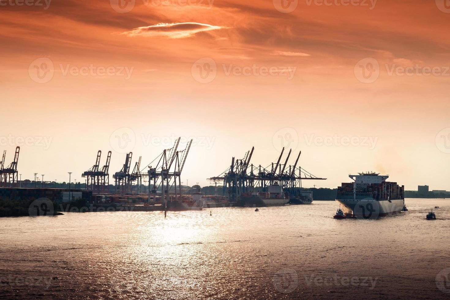 pôr do sol no porto de hamburgo foto