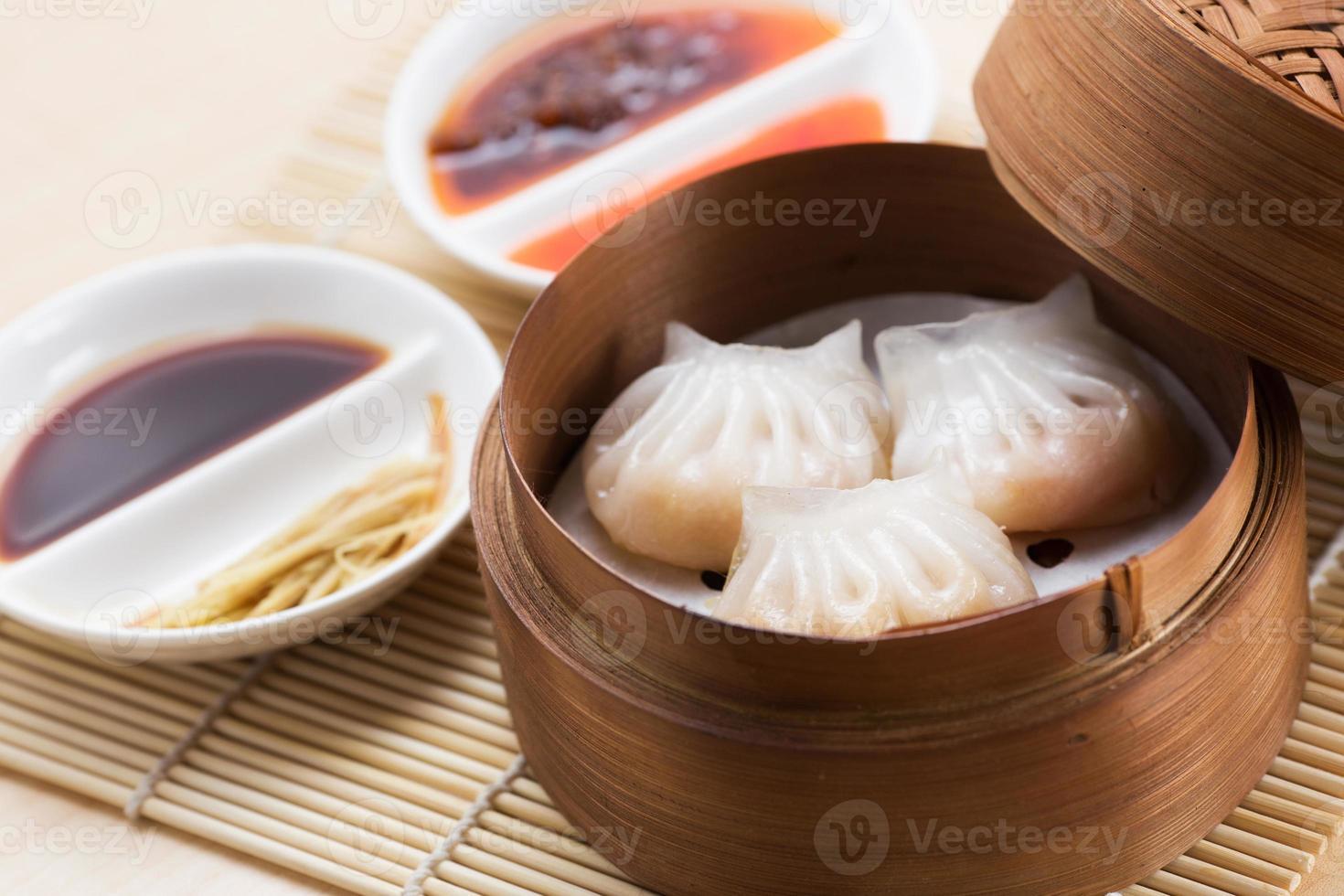 bolinhos de camarão a vapor (dim sum ha-gao) na cesta de bambu foto