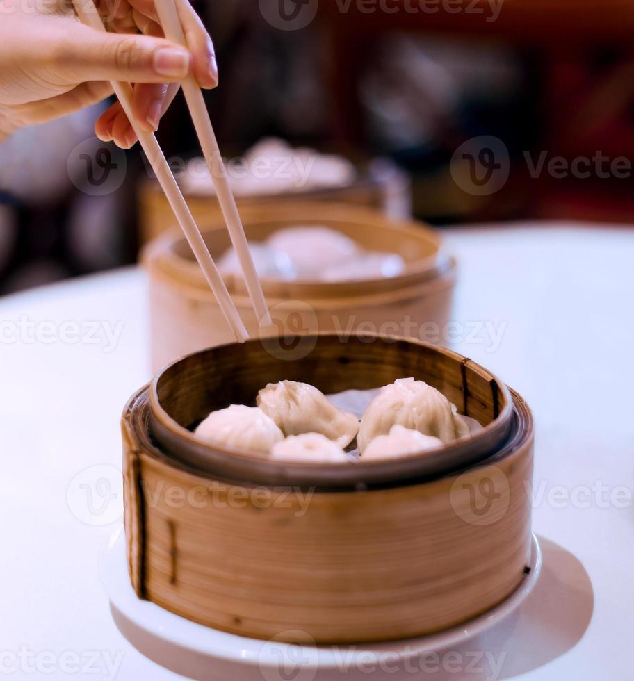 dim sum em uma cesta de bambu. foto