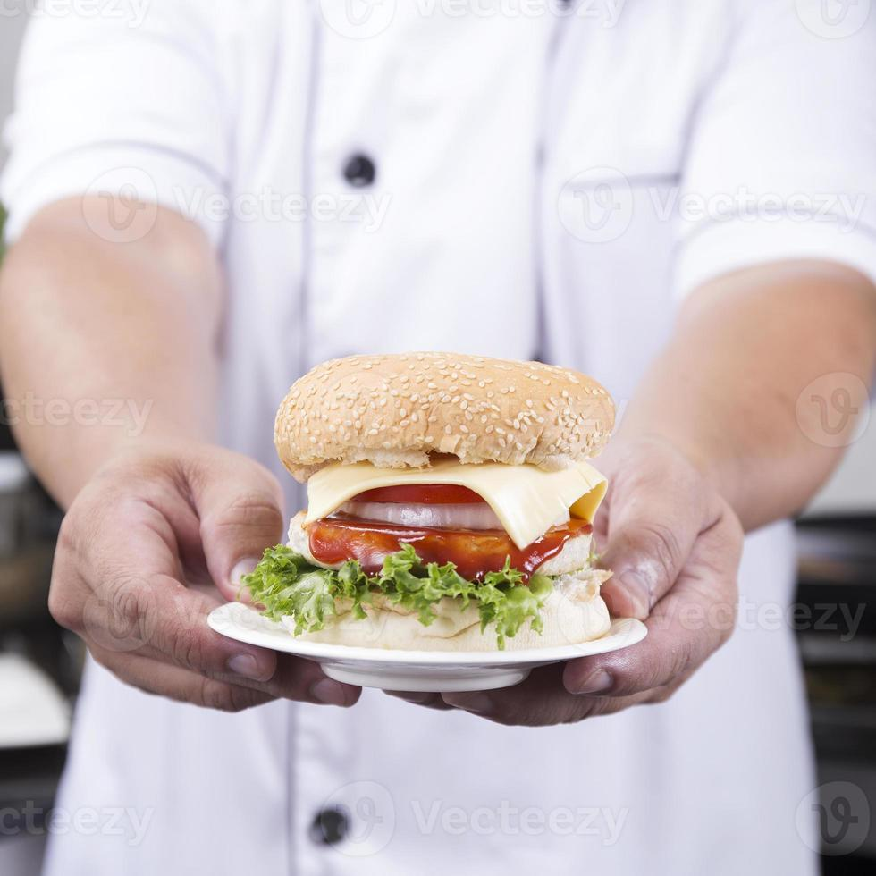 close-up chef apresentado hambúrguer foto
