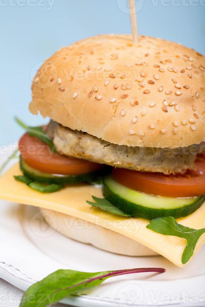 hambúrguer caseiro com costeleta de carne e legumes foto