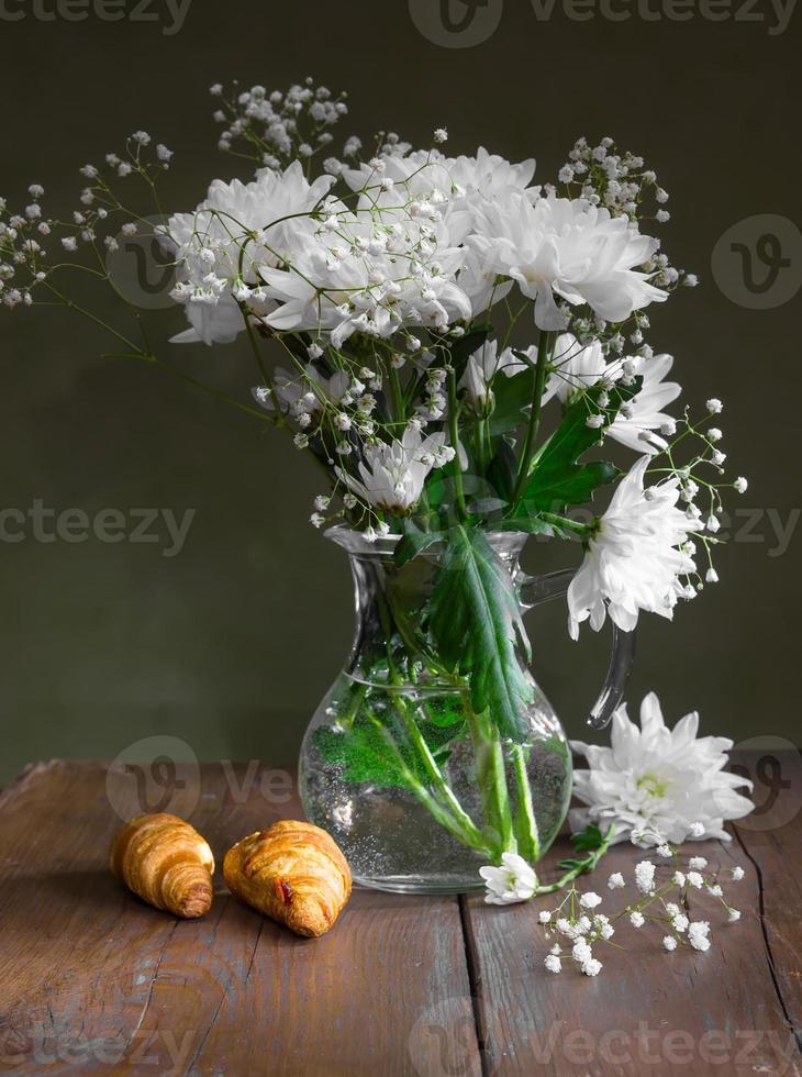 ainda vida de flores de crisântemos brancos foto