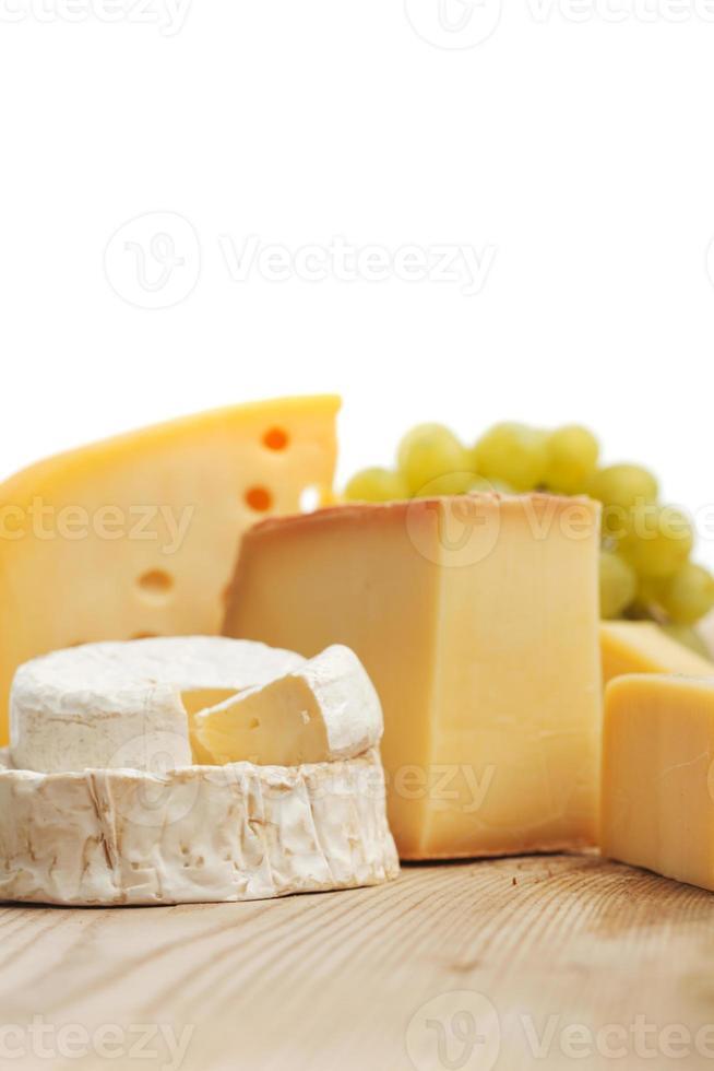 queijo em uma mesa de madeira foto