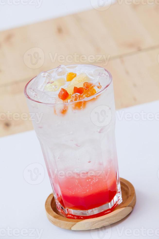 coquetel de frutas - xarope e refrigerante de stawberry foto