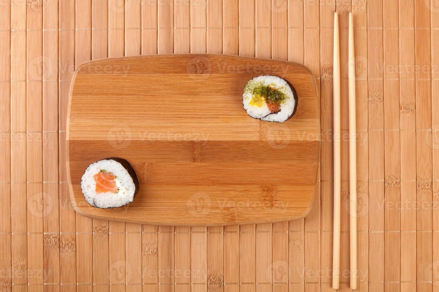 rolos de sushi do japão em bambu foto
