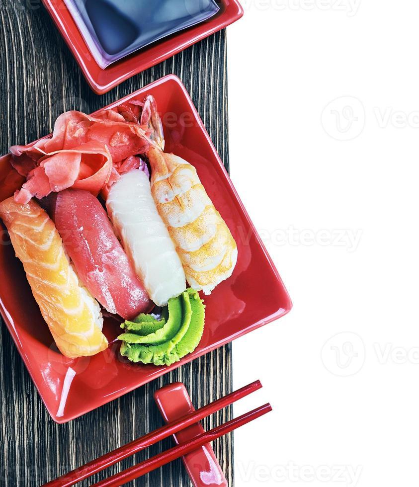 pauzinhos e sushi de frutos do mar foto