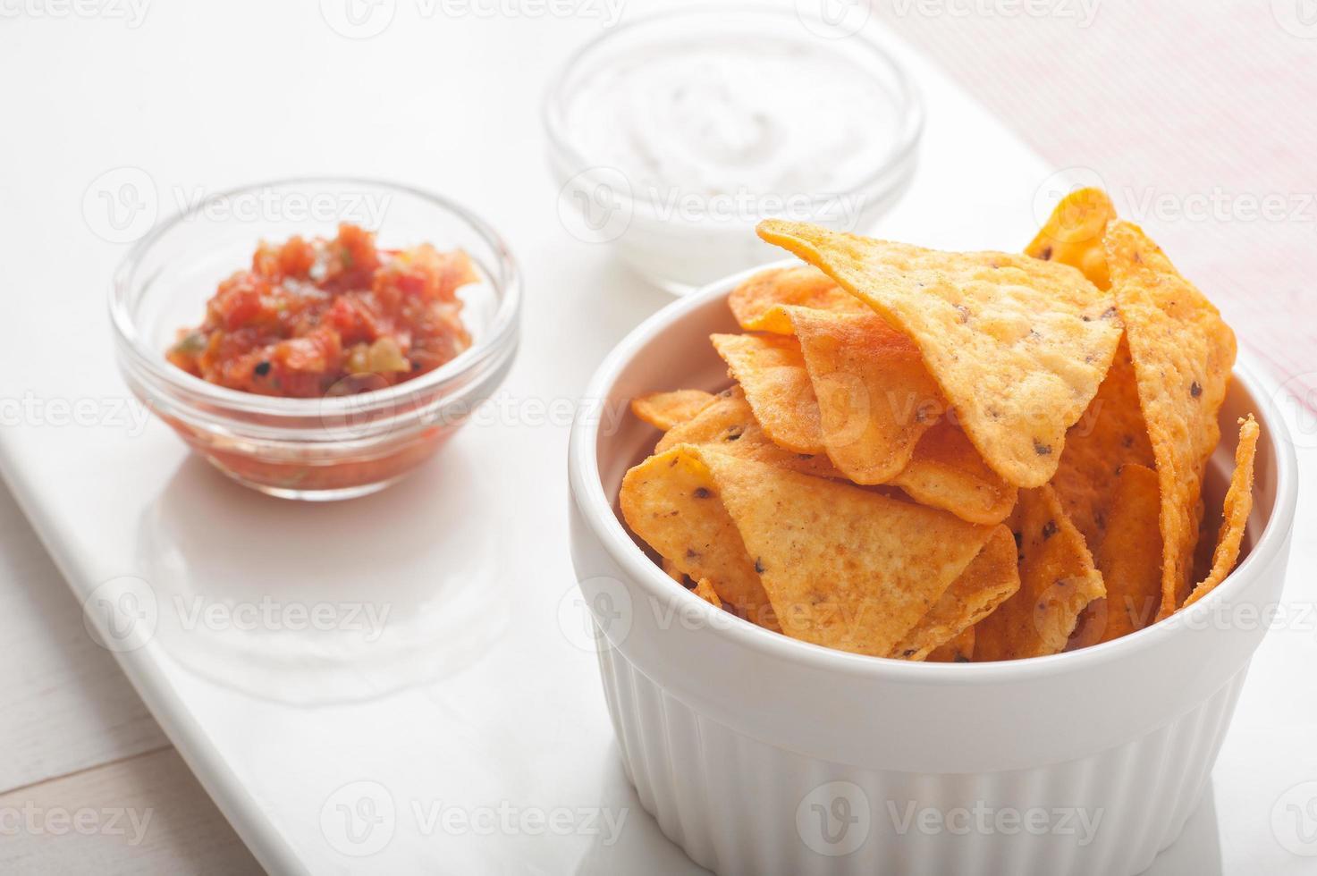 tortilla chips e molho de mergulho foto