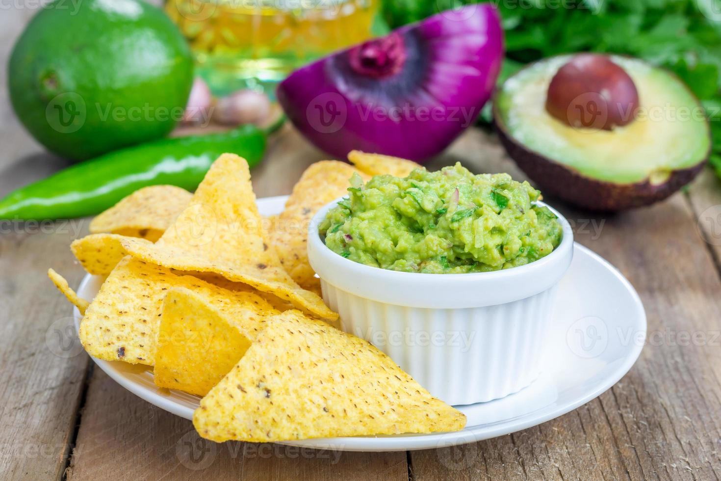 copo com guacamole robusto servido com nachos foto