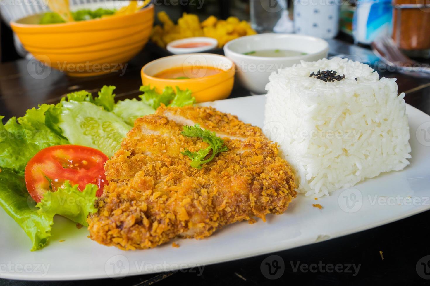 carne de porco frita (tonkatsu) com arroz foto