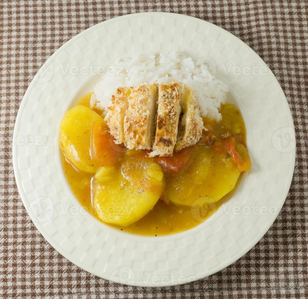 delicioso caril japonês e tonkatsu com arroz cozido foto