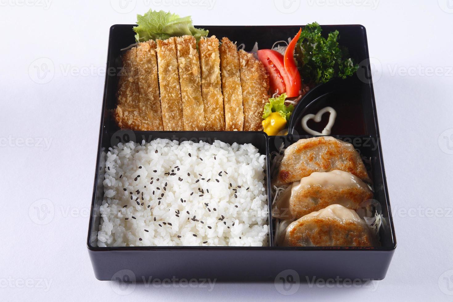 bento conjunto de carne de porco frita (tonkatsu), gyoza, arroz japonês foto