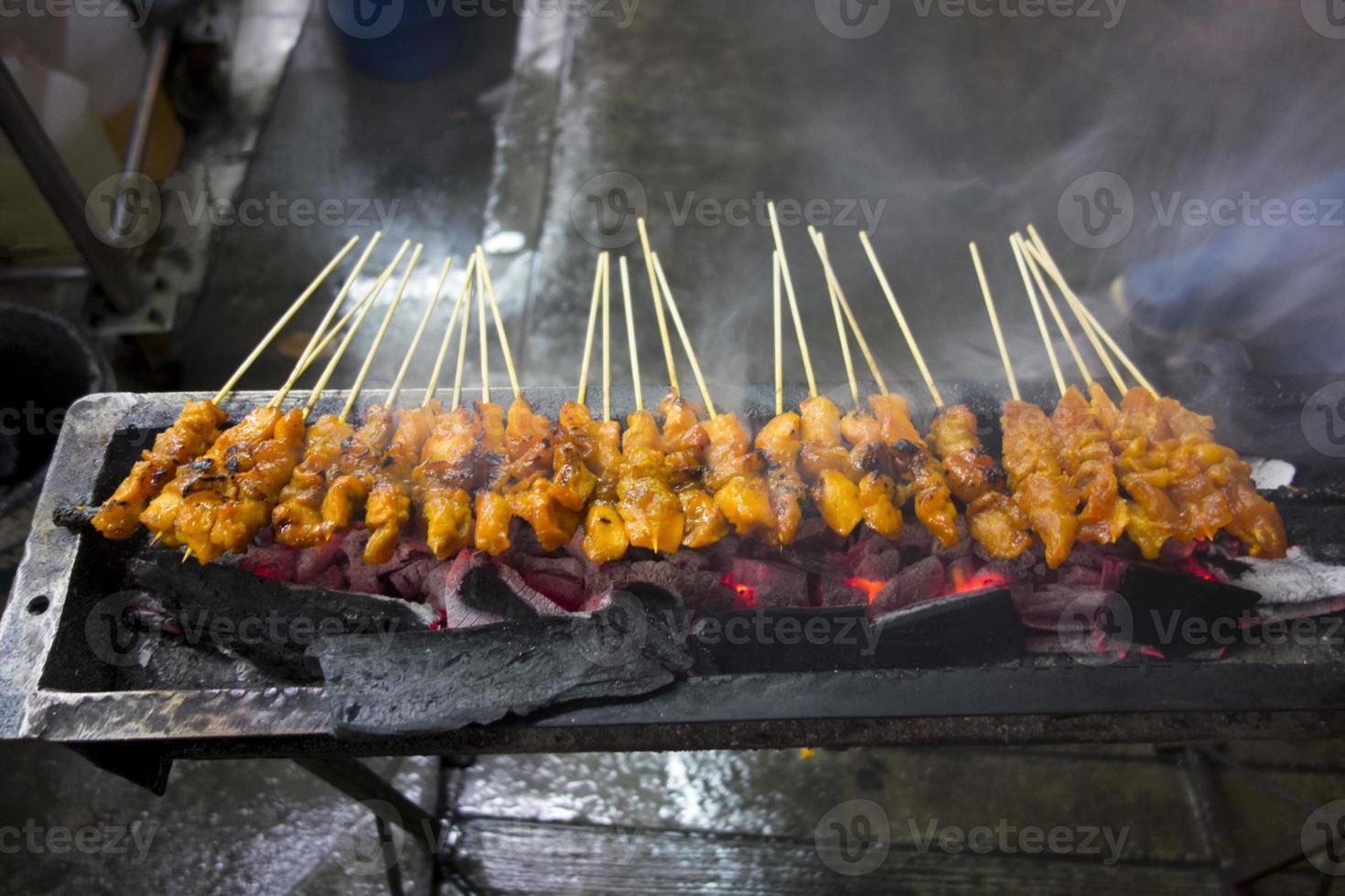 grelhados satay de frango asiático foto
