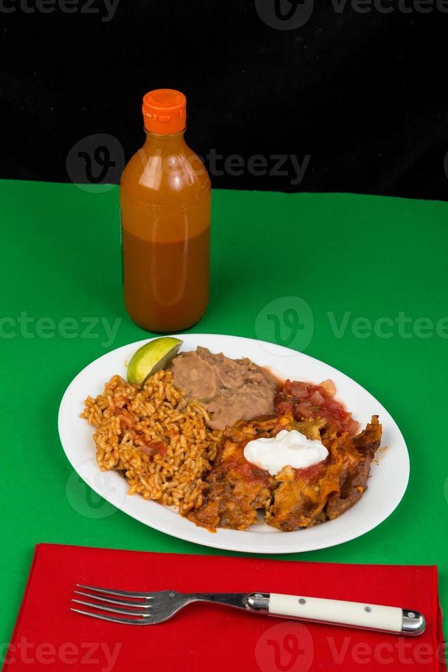 jantar mexicano de enchilada de frango foto