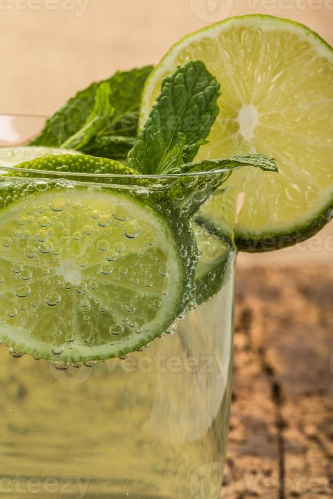 refrigerante decorado com limão e hortelã foto