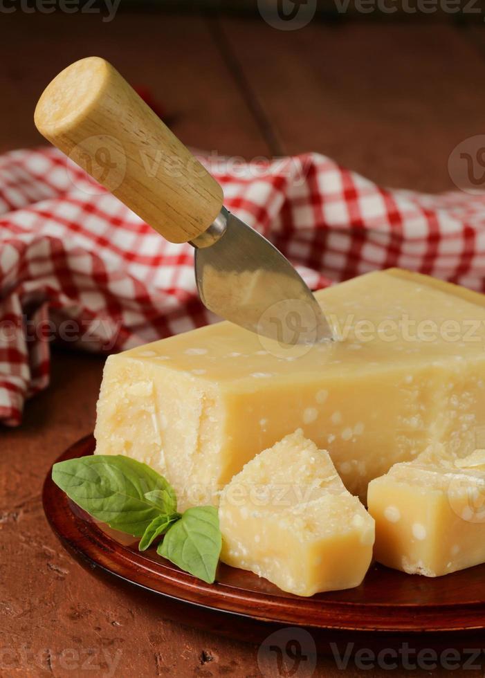 pedaço de queijo parmesão duro saboroso fresco foto