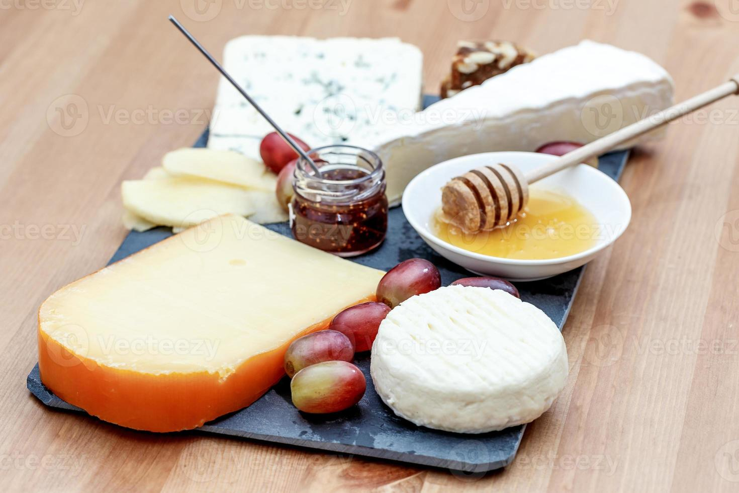 prato com vários queijos franceses foto