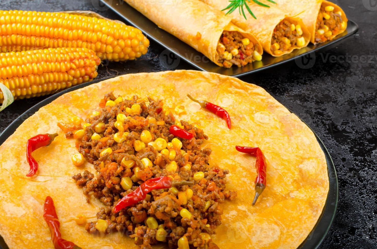 tortilla de tomate com mistura de carne picante foto
