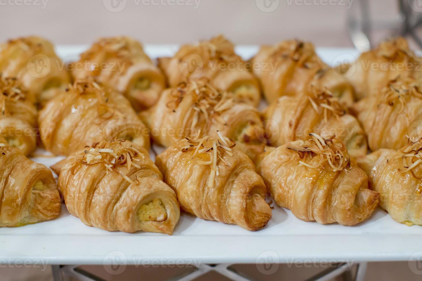 croissants frescos com coco torrado no café da manhã foto